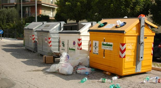 Ancona, le fototrappole incastrano i pendolari dei rifiuti: multati 71 furbetti