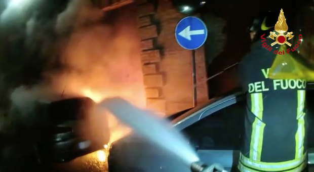 Auto alimentata a gasolio prende fuoco: momenti di grande paura in piena notte