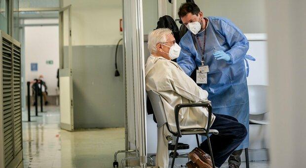 Doppio vaccino a 2 su 100, la Regione Marche ancora in ritardo nel siero per over 80 e Rsa. Saltamartini: «Colpa dei dirigenti»