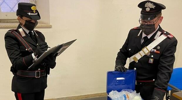 Droga nel garage e in auto e quasi 20mila euro in contanti: doppio arresto dei carabinieri