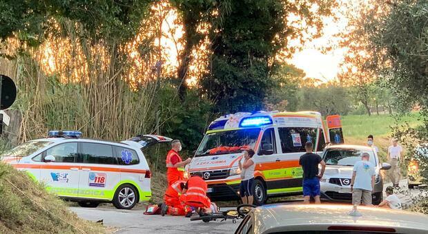 I soccorritori all'incrocio tra via Massignano e via dei Cipressi a Camerano