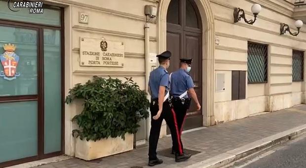 «Non si entra senza mascherina»: lo aspettano fuori e picchiano il titolare davanti a moglie e figli piccoli