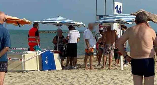 Anziano turista stroncato da un malore in riva al mare, vani i tentativi di rianimarlo