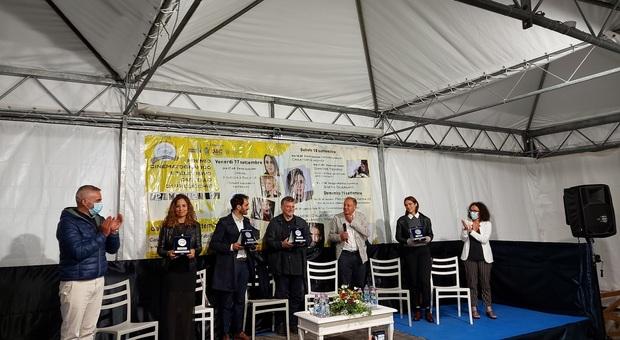 """La premiazione del cast de """"Il commissario Ricciardi"""" al festival di Precicchie"""