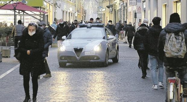 Pesaro, veglioni e cenoni proibiti nella case: l'ultima frontiera dei controlli coronavirus