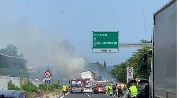 Inferno sull'A14, due morti e un ferito grave. Il tamponamento tra camion, auto e moto in coda per un cantiere. Autostrada chiusa