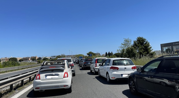 Le auto in coda sulla superstrada