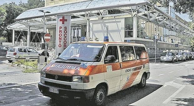 Troppo alcol, ragazzina 17enne in coma etilico nel parcheggio. L'amico si spaventa e chiede aiuto