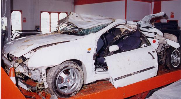 La Fiat Brava distrutta dopo l'impatto contro un albero nell'incidente di Casenuove di Osimo dell'aprile 2001