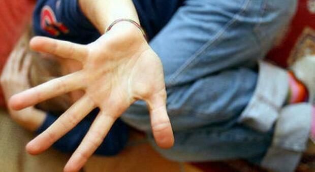 Adesca 14enne in chat: «Mandami video porno», la mamma della vittima fa arrestare pedofilo