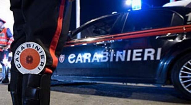 Ubriaco al volante, cerca di corrompere i carabinieri con banconota da 50 euro