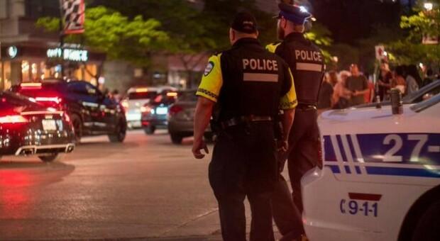 Canada, uomo in abiti medievali accoltella passanti in strada in Quebec: 2 morti e 5 feriti. La polizia: «Restate tutti a casa»