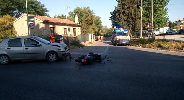 Si schianta frontalmente con lo scooter contro un'auto: grave un 59enne