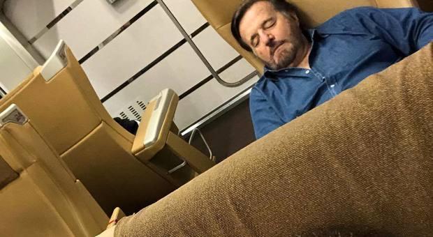 De Sica si addormenta in treno e Boldi condivide sui social la foto