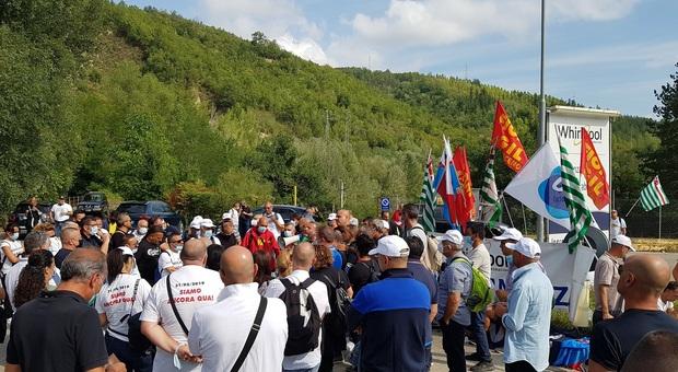 La manifestazione davanti alla Whirlpool di Comunanza