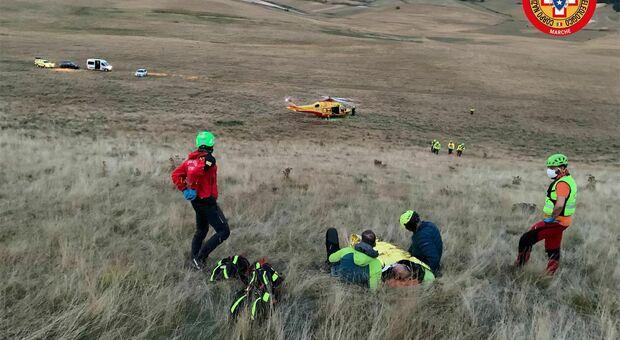 I soccorsi sul Monte Vettore dove un turista tedesco è caduto con il parapendio