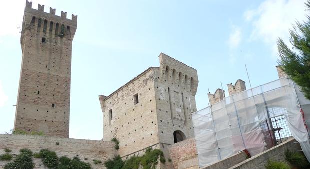 Osimano fa 20 chilometri a piedi nudi poi minaccia di gettarsi da una torre