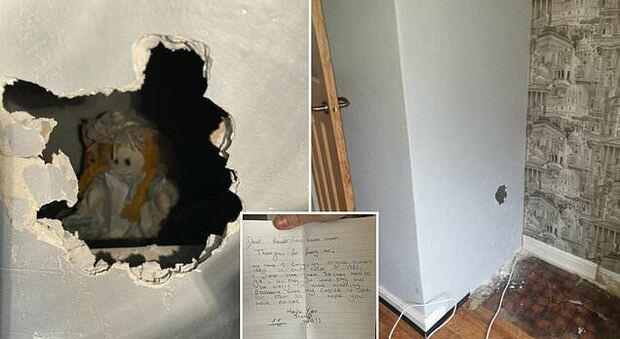 Un uomo si trasferisce nella sua nuova casa e trova una bambola nascosta tra le pareti insieme a un'inquietante lettera