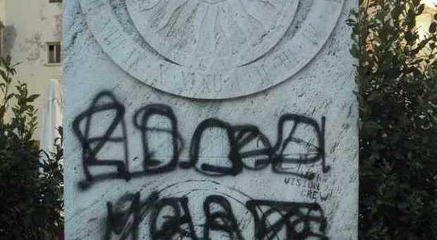 Ascoli, vandali nella notte imbrattano la meridiana in centro