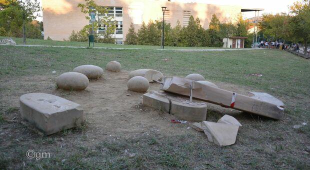 Baby vandali senza tregua, statua distrutta a calci. Danni anche al parco e faretti rotti al Palas
