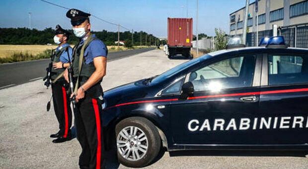 Niente mascherina, scattano le multe contro cinque giovani. I carabinieri: «Presto altri controlli»