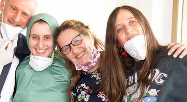 Silvia Romano è in Italia: indossa una veste islamica e la mascherina. Il lungo abbracccio con la famiglia. La conferma delle fonti: si è convertita all'Islam