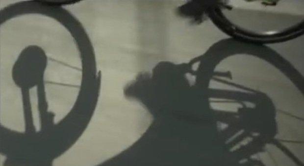 Poliziotto in bicicletta travolto e ucciso da un'auto: lascia moglie e due figli