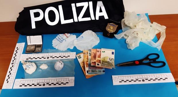 La cocaina e i soldi sequestrati dalla polizia