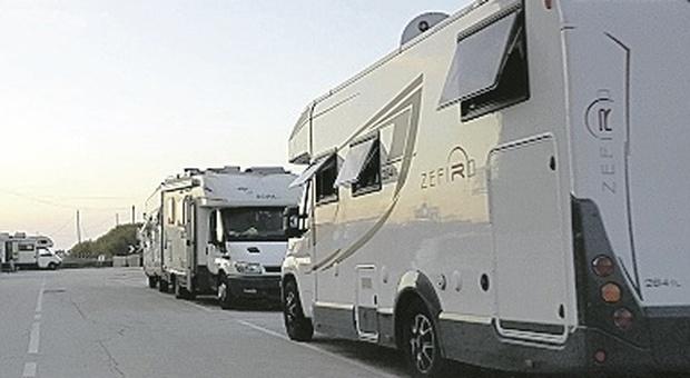 """La strada in riva al mare """"ostaggio"""" dei camper, l'ira dei residenti: «Andate nei campeggi»"""