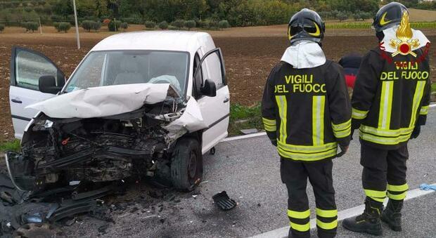Macerata, frontale tra un'auto e un furgone: tre ragazzi feriti, uno portato a Torrette