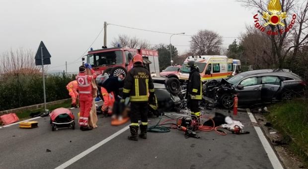 Terribile schianto tra tre auto: cinque feriti, gravissima una bambina di 2 anni, grave anche un ragazzo