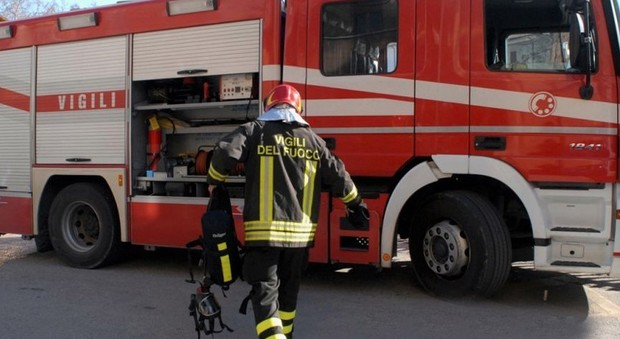 Pesaro, brucia le foglie secche ma fa esplodere il diluente: ustionato un uomo