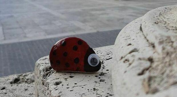 Una pietra dipinta lasciata in città