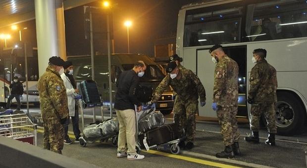 Covid, la variante che spaventa: 23 positivi sui 233 arrivati con il volo dall'India. Anche un italiano in isolamento