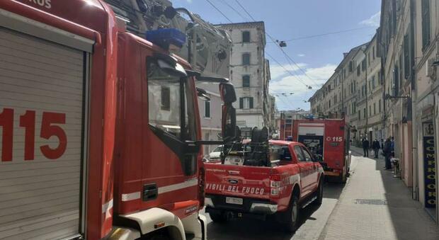 I mezzi dei vigili del fuoco in via Torresi