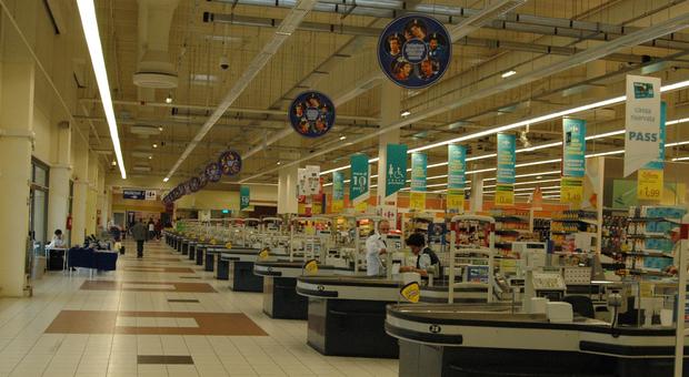 Il Carrefour chiude a fine mese: spiazzati sindacati e dipendenti. Il dramma di 90 lavoratori