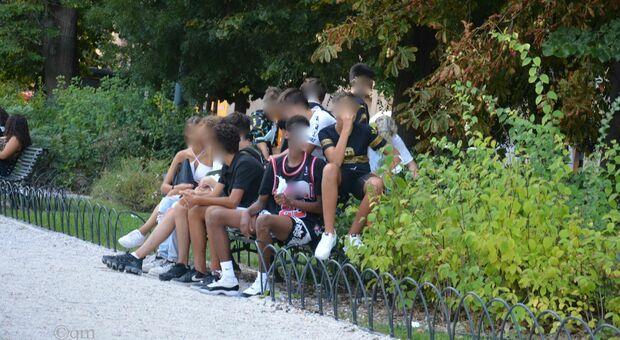 Una delle baby gang in piazza Cavour