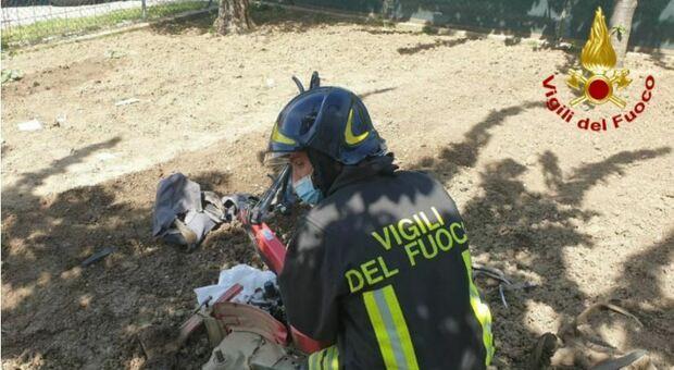 Una gamba gli finisce nelle lame della motozappa: i vigili del fuoco la liberano poi la corsa in eliambulanza a Torrette