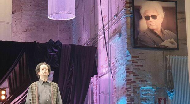Il direttore artistico Ezio Nannipieri sotto l immagine di Piero Cesanelli