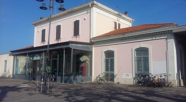 Porto Sant'Elpidio, minaccia con un'arma una coetanea e le prende soldi e cellulare: minorenne denunciata per rapina