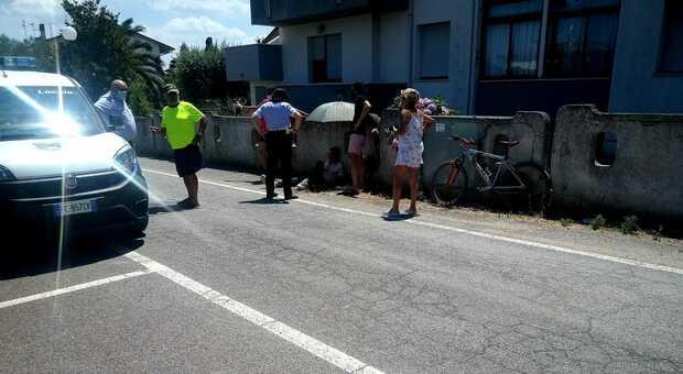 Mondolfo, cade sulla ciclabile e finisce contro un muretto: «Una macchina mi ha urtato ed è fuggita»