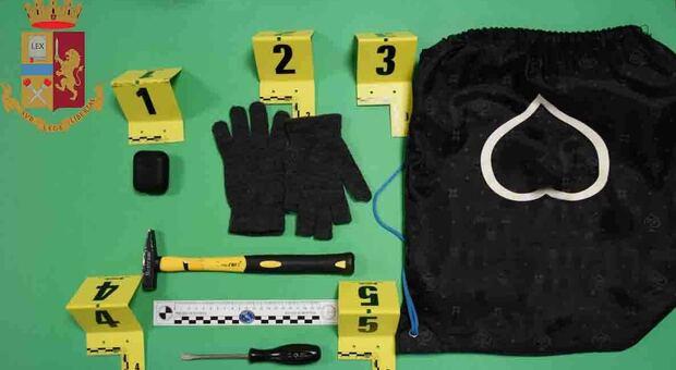 Ladro bloccato nella notte con le mani nel sacco, ora rischia grosso: con le telecamere si indaga su altri furti