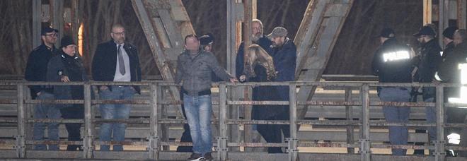Minaccia suicidio dal ponte, i passanti lo insultano. «Buttati e andiamo a casa»