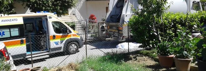 Donna muore travolta dal camion della raccolta dei rifiuti in retromarcia
