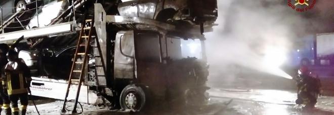 Cabina del camion e tre auto divorate dalle fiamme nel parcheggio