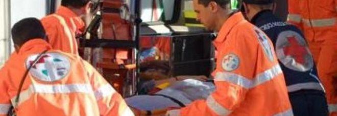 Bimbo di un anno scivola dalle braccia del nonno e cade dal trattore: muore dopo ore di agonia