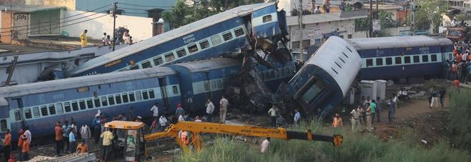 Disastro ferroviario in India. Un treno deraglia, 24 morti e 156 feriti.