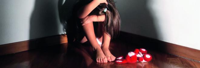 """Violenta la figlia per otto anni """"Prestata"""" anche agli amici del bar"""