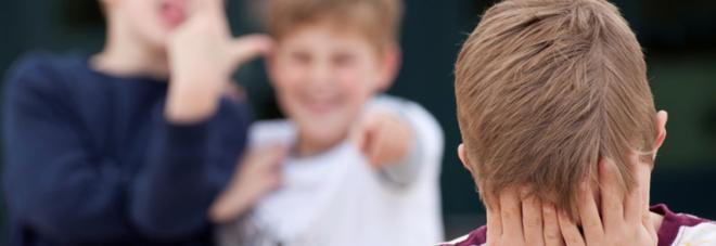 Il ragazzino deriso dai bulli perché non veste alla moda diventa un esempio in classe