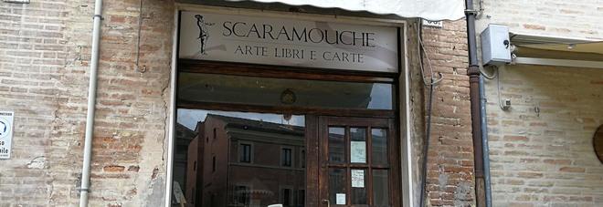 Macerata, editore trovato morto nella sua libreria. Rinvenuta droga